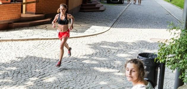 Finisz Złotego Maratonu. Fot. Błażej Łyjak. Start o godz. 11 w upał