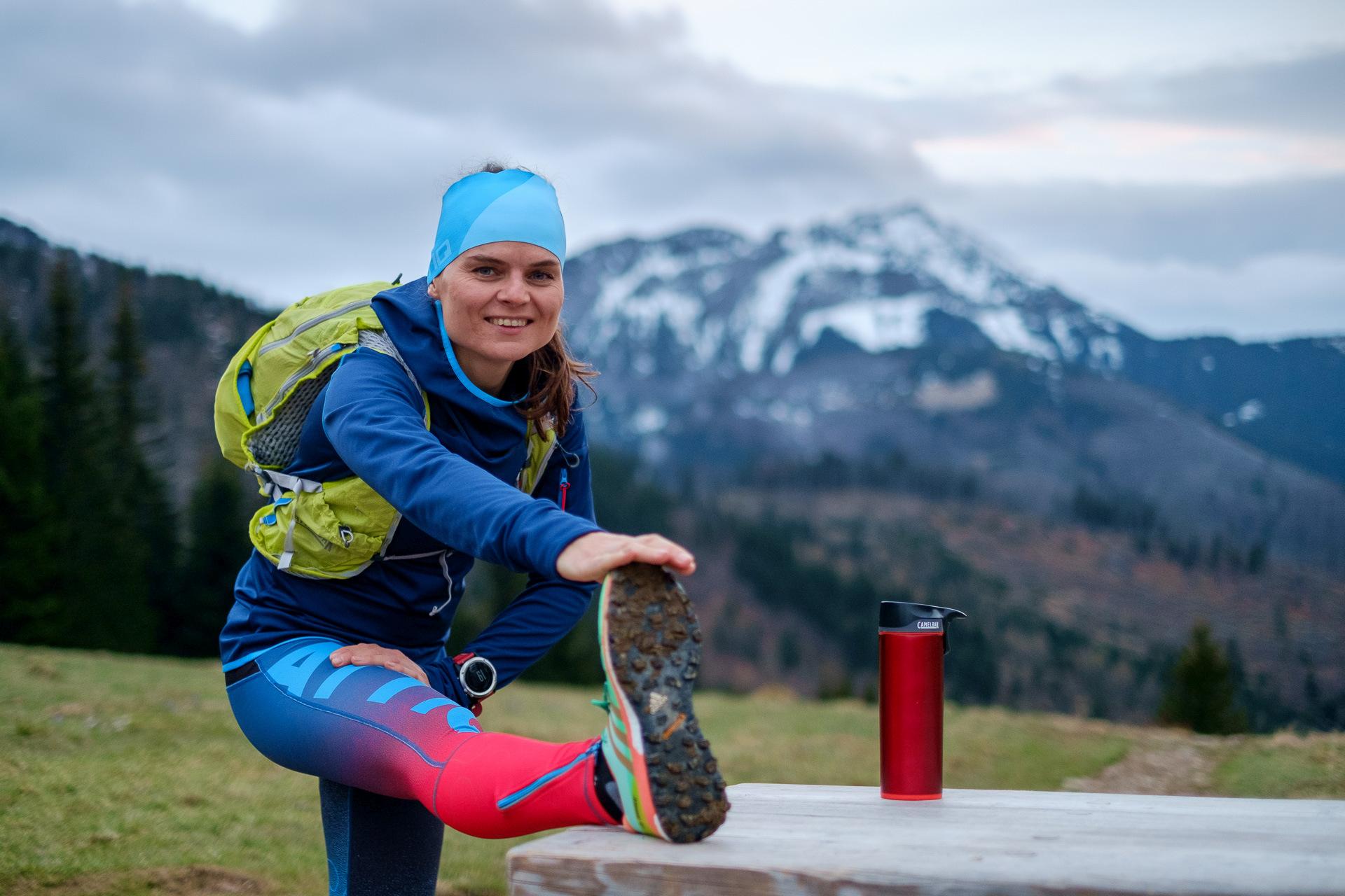 Bieganie w Tatrach, CamelBak, rozciąganie, Przysłop Miętusi, Tatry, biegaczka