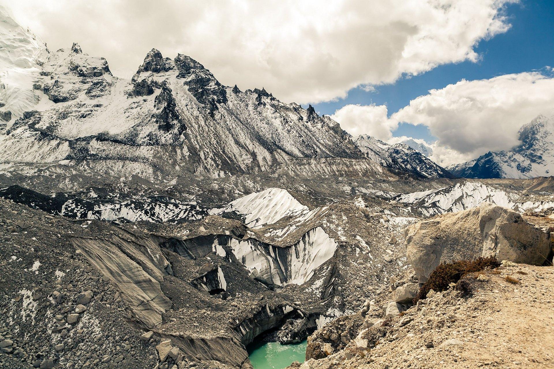 Lodowiec i jezioro Khumbu w drodze do Everest Base Camp, Himalaje, Nepal